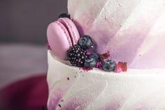 Pastel de bodas tres-con gradas delicioso hermoso adornado con las bayas arándano y zarzamoras en color púrpura rosado Imagen de archivo libre de regalías