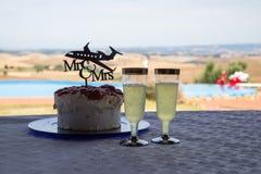 Pastel de bodas y cócteles Imagen de archivo