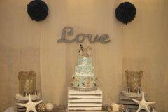Pastel de bodas y decoraciones Imagenes de archivo