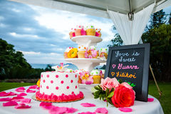 Pastel de bodas y magdalenas Fotografía de archivo