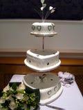 Pastel de bodas y ramo fotografía de archivo