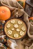 Pastel de calabaza adornado para Halloween Pastel de calabaza hecho en casa anaranjado brillante redondo fresco en la tabla Fondo Imagenes de archivo