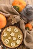 Pastel de calabaza adornado para Halloween Pastel de calabaza hecho en casa anaranjado brillante redondo fresco en la tabla Fondo Imagen de archivo