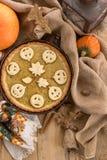 Pastel de calabaza adornado para Halloween Pastel de calabaza hecho en casa anaranjado brillante redondo fresco en la tabla Fondo Imágenes de archivo libres de regalías