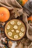 Pastel de calabaza adornado para Halloween Pastel de calabaza hecho en casa anaranjado brillante redondo fresco en la tabla Fondo Imagen de archivo libre de regalías