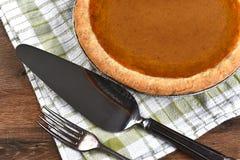 Pastel de calabaza con los utensilios Imagen de archivo libre de regalías