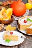 Pastel de calabaza delicioso con el canela adornado con las manzanas salvajes Fotografía de archivo