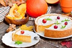 Pastel de calabaza delicioso con el canela adornado con las manzanas salvajes Imagenes de archivo