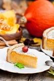 Pastel de calabaza delicioso con el canela adornado con las manzanas salvajes Imagen de archivo libre de regalías