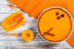 Pastel de calabaza hecho en casa anaranjado brillante redondo fresco delicioso imágenes de archivo libres de regalías