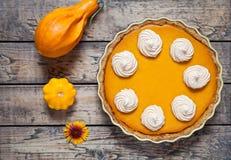 Pastel de calabaza hecho en casa festivo con la crema azotada hecha para la acción de gracias y Halloween, visión superior Compos Fotografía de archivo