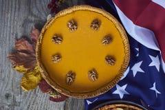 Pastel de calabaza hecho en casa para la acción de gracias preparada Visión superior Imagen de archivo libre de regalías