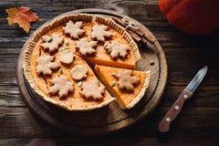Pastel de calabaza hecho en casa para la tabla de cena de la acción de gracias Imagenes de archivo