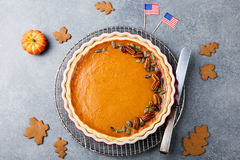 Pastel de calabaza, tarta hecha para el día de la acción de gracias con el fondo de piedra gris de la bandera americana Visión su Fotos de archivo
