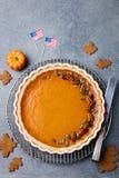 Pastel de calabaza, tarta hecha para el día de la acción de gracias con el fondo de piedra gris de la bandera americana Visión su Imagen de archivo
