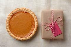 Pastel de calabaza y presente Fotografía de archivo libre de regalías