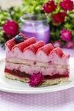 Pastel de capas rosado adornado con las frutas frescas Imágenes de archivo libres de regalías