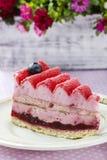 Pastel de capas rosado adornado con las frutas frescas Fotos de archivo
