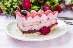 Pastel de capas rosado adornado con las frutas frescas Imagenes de archivo