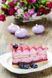 Pastel de capas rosado adornado con las frutas frescas Fotografía de archivo libre de regalías
