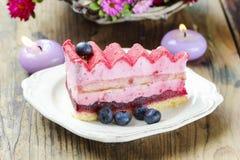 Pastel de capas rosado adornado con las frutas frescas Fotos de archivo libres de regalías