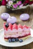 Pastel de capas rosado adornado con las frutas frescas Imagen de archivo libre de regalías