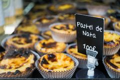 Pastel de Nata επέδειξε σε έναν δίσκο στοκ εικόνες