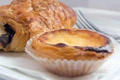 Pastel de Nata (pâtisserie au goût âpre d'oeufs portugais) Image stock