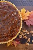 Pastel de pacanas tradicional de la acción de gracias en fondo de madera oscuro Imagen de archivo