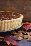 Pastel de pacanas tradicional de la acción de gracias en fondo de madera oscuro Fotografía de archivo