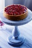 Pastel de queso adornado con la salsa de la cereza con las bayas Imagen de archivo