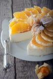 Pastel de queso adornado con las naranjas y el physalis Imagen de archivo