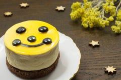 Pastel de queso amarillo, estrella de los iconos en la tabla Imagenes de archivo