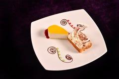 Pastel de queso anaranjado con la salsa y el postre de la cereza con Fotos de archivo libres de regalías