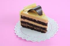 Pastel de queso blanco del chocolate en fondo rosado Imagenes de archivo