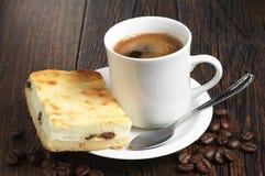 Pastel de queso con café Fotografía de archivo libre de regalías