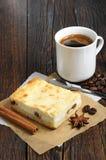 Pastel de queso con café Imagenes de archivo