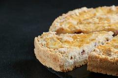 Pastel de queso con cierre del requesón para arriba en fondo oscuro fotos de archivo