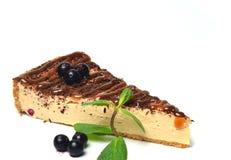 Pastel de queso con el chocolate aislado en el fondo blanco Foto de archivo libre de regalías