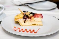 Pastel de queso con el desmoche de la fruta Imagen de archivo libre de regalías