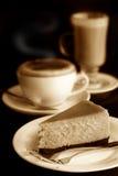 Pastel de queso con el latte del cappuccino y del café imagenes de archivo
