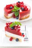 Pastel de queso con la jalea de la fresa en una placa Fotos de archivo libres de regalías