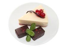 Pastel de queso con la pasa, los caramelos de chocolate y la menta imagen de archivo