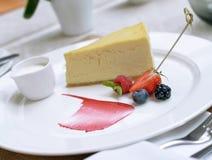 Pastel de queso con las bayas Foto de archivo libre de regalías