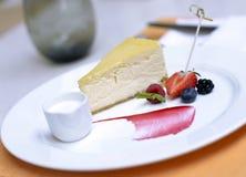 Pastel de queso con las bayas Fotos de archivo