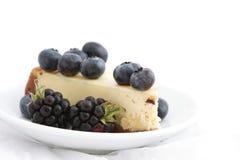 Pastel de queso con las bayas Fotografía de archivo libre de regalías