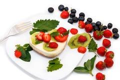 Pastel de queso con las bayas frescas Imágenes de archivo libres de regalías