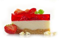 Pastel de queso con las bayas frescas y el chocolate blanco fotos de archivo