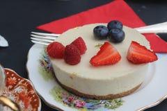 Pastel de queso con las frambuesas, los arándanos y las fresas imagen de archivo