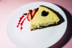 Pastel de queso con las fresas y el atasco foto de archivo